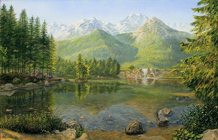 Прозрачное озеро у горных вершин