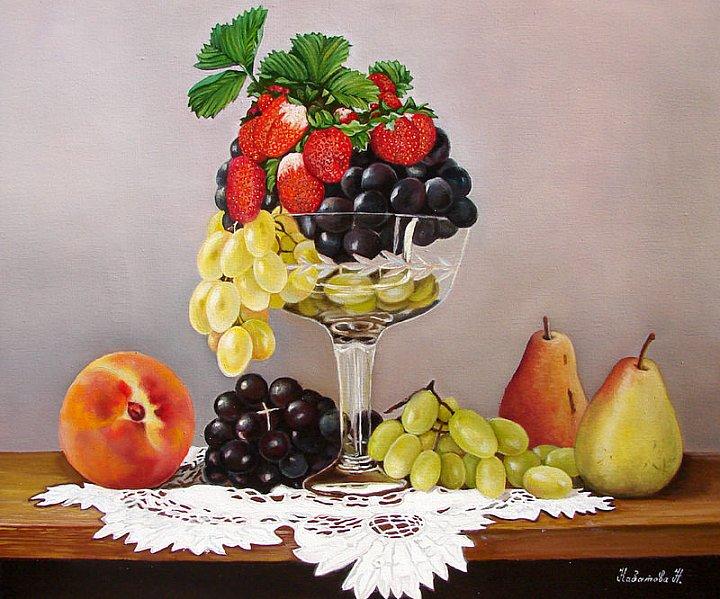 Натюрморт с клубникой и фруктами